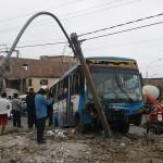 bus terminó empotrado en poste de luz al chocar con camión que transportaba jabas para pollo