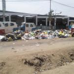 Cúmulos de basura impiden el libre tránsito de vehículos en Mercado Plaza Villa Sur