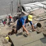 Pobladores del proyecto integral 9 de Julio construyen escaleras con recursos propios