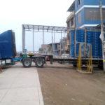 Camiones que trasladan pollos invaden vía pública en Av. Separadora Industrial