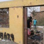 Vecinos derrumban casa que permaneció más de 20 años abandonada