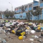 Pobladores piden que municipio recoja basura acumulada en Av. Pachacutec