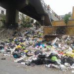 Denuncian que vecinos arrojan basura al costado de puente del sector Micaela Bastidas