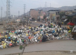 """Vecinos de """"Nuevo Progreso"""" denuncian que obreros del municipio de Villa María del Triunfo queman basura en Av. Pachacútec"""