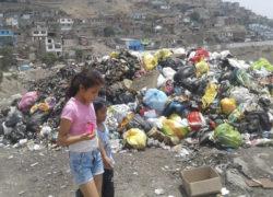 """Dirigente de Villa María del Triunfo pide que Municipio recoja basura al costado de mercado """"Villa Indoamérica"""""""